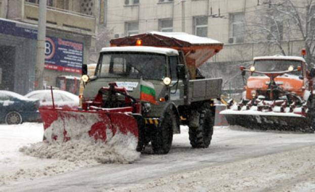 В София във връзка със снеговалежа тази нощ са извършени