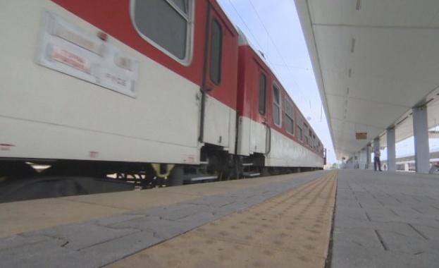 Нападнаха влак с камъни, пострадаха пътници