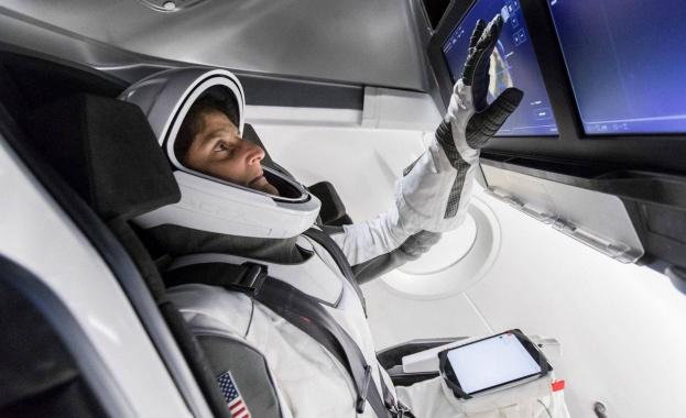 Американската космическа агенция НАСА тества своя нов лунен скафандър. Като