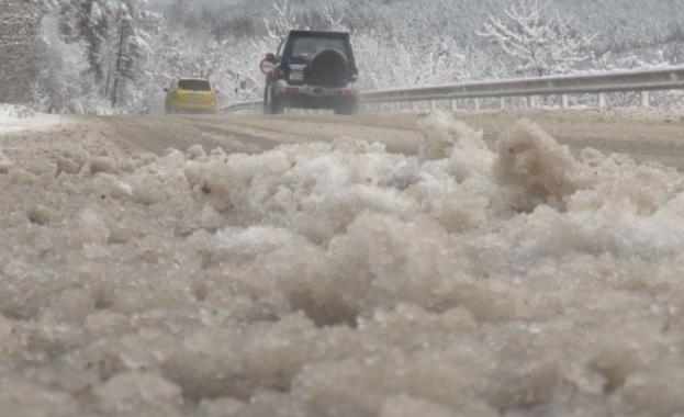 Силен снеговалеж на прохода Шипка, не пътувайте