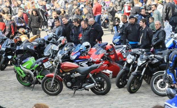 Днес във Варна откриват мотосезона. Преди около час стотици мотористи