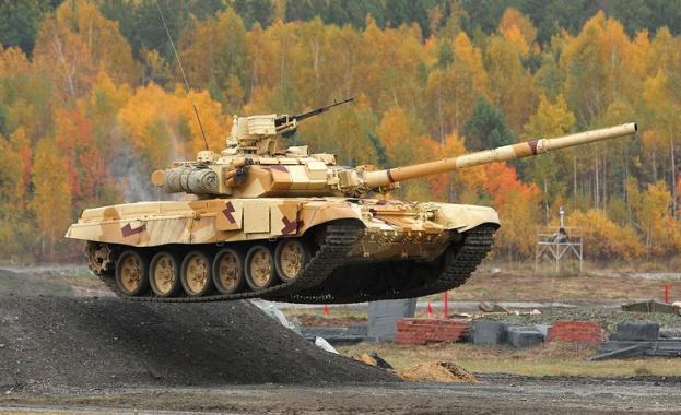 Русия изпраща нови танкове във военната си база в Таджикистан