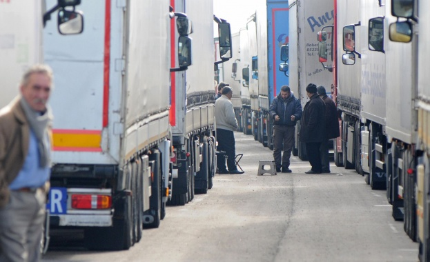 На десетки български камиони турските гранични служители е отказано да