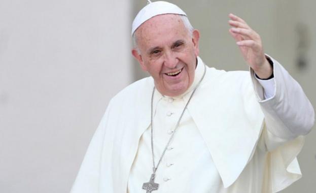 Папата заседна в асансьор и закъсня за неделно си обръщение