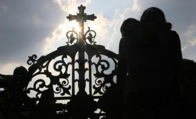 Шокиращ документален филм представя срещи на свещеници педофили с жертвите им