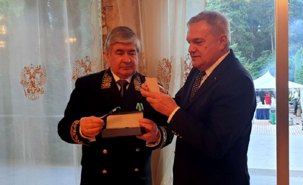 Румен Петков подари на Н. Пр. Анатолий Макаров гравирана писалка със знамената на България и на Русия
