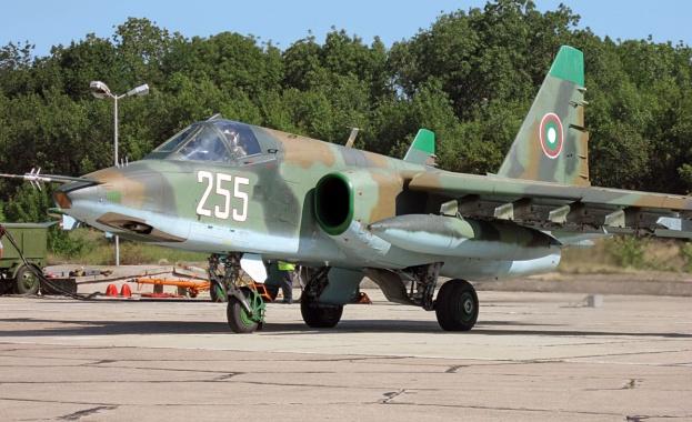 Първите два ремонтирани самолета Су-25 пристигнаха в България, съобщиха от