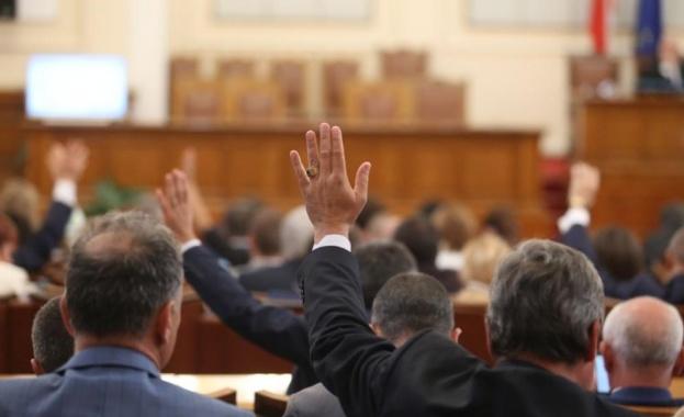 Депутатите обсъждат мораториум върху заплатите си. Според предложението на ГЕРБ