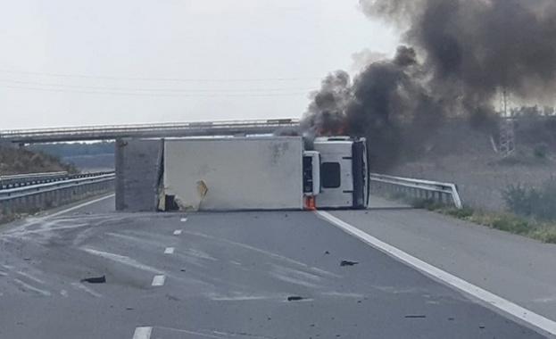 """Камион се обърна и запали на АМ """"Тракия"""" преди Стара Загора"""