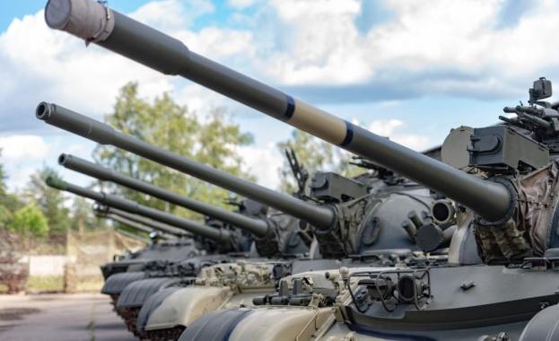 Изложба на макети на военна и цивилна техника, разделени по