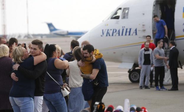 Самолетите с разменените украински и руски граждани пристигнаха в Киев и Москва