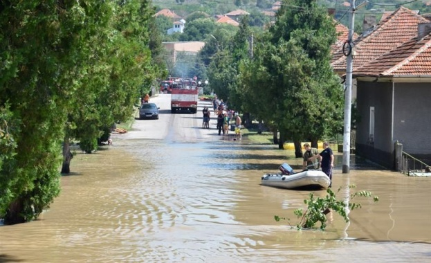 Двама души загинаха и 11 бяха ранени при наводнения, предизвикани