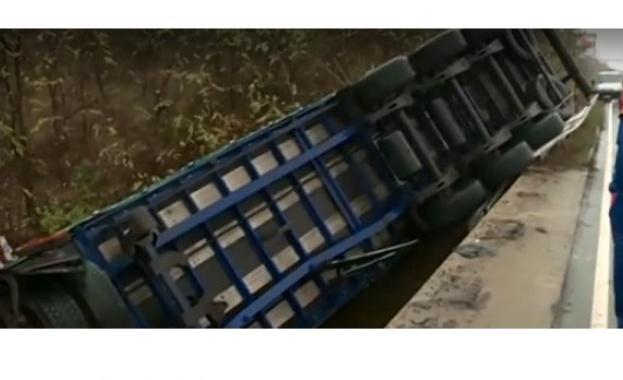 """ТИР падна от 7 метра на магистрала """"Тракия"""""""