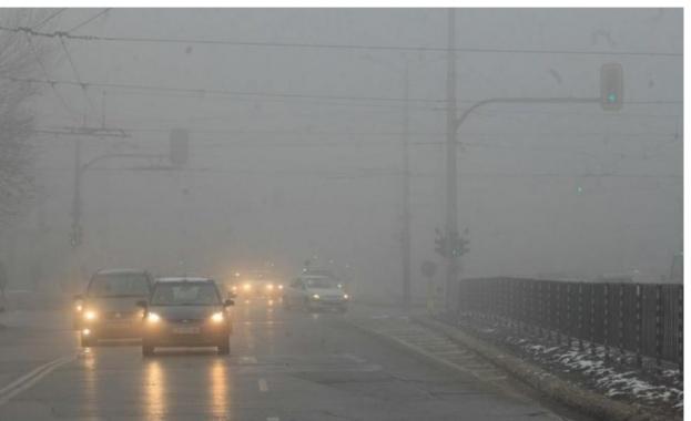 """Поради мъгла видимостта на АМ """"Струма"""" в района на Сандански и Струмяни е ограничена до 50-100 м."""