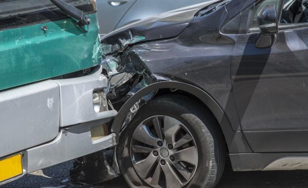Четирима души пострадаха при катастрофа на главен път Е-70, съобщиха