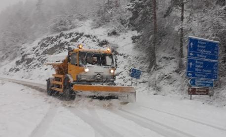 "Ограничават движението през прохода ""Рожен"" заради снеговалеж"