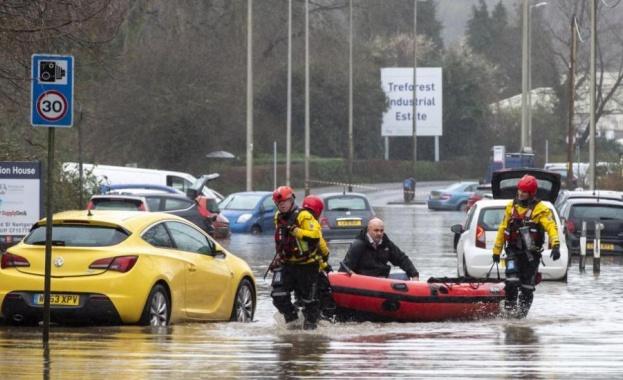Наводнения и земни свлачища, причинени от проливни дъждове отнеха живота