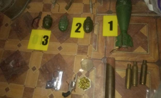 Служители на МВР - Варна откриха боен арсенал във вилна
