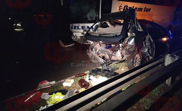 Автобус прегази мъж и жена, докато оглеждали щетите по колите