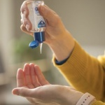 Производители на джин от Лондон правят дезинфектант за ръце за полицаите