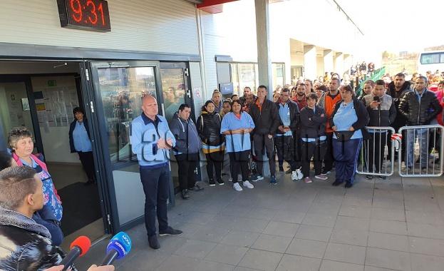 Стотици работници от първата смяна излязоха на протест тази сутрин