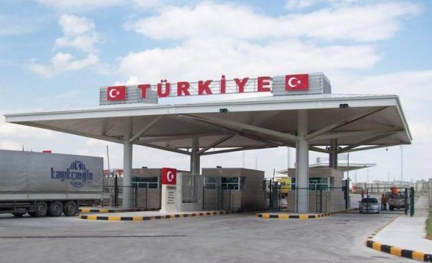 Турция затвори границата си с България