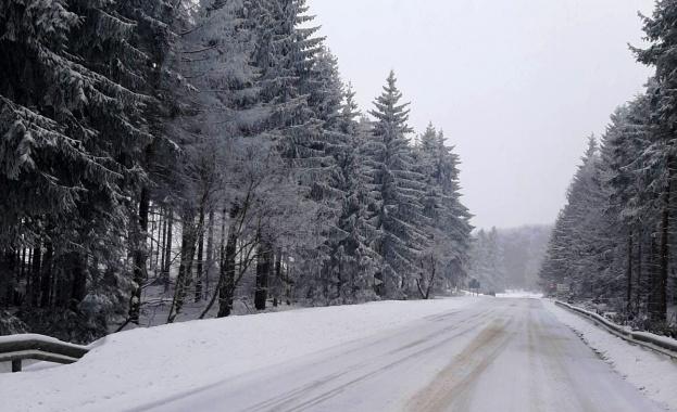 Над 340 машини обработват пътните настилки в районите със снеговалеж.