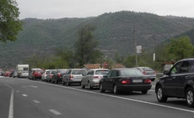 Колони от автомобили се образуваха и тази сутрин на КПП-то