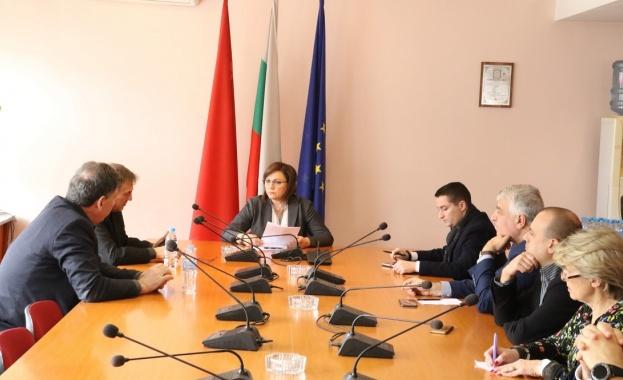 Председателят на БСП Корнелия Нинова заедно с народни представители от
