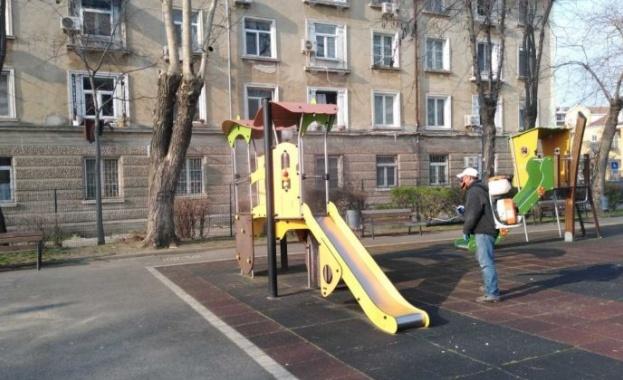 Продължава регулярната дезинфекция на детски площадки, спортни зони и паркови