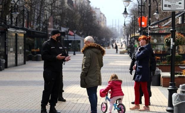 Полицаи са разположени в началото и края на пешеходната зона