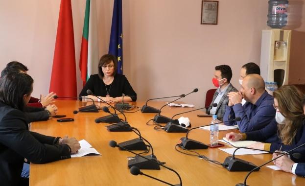 Председателят на БСП Корнелия Нинова заедно с евродепутати и народни