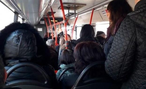 През последните дни снимки в социалните мрежи показват препълнени автобуси