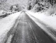 Близо 400 машини почистват пътищата в районите със снеговалеж