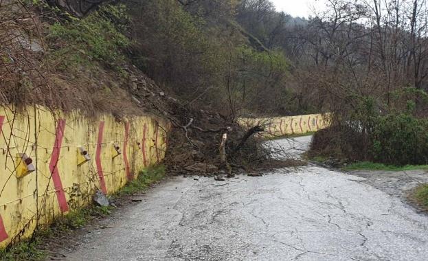 Свлачище затвори временно пътя между Асеновата крепост и село Лясково.