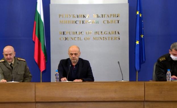 Вицепремиерът Томислав Дончев, председателят на Националния оперативен щаб проф. Венцислав