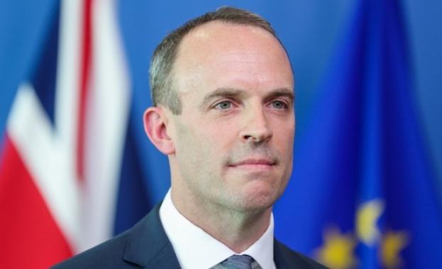 Външният министър на Великобритания Доминик Рааб поема функциите на заразения