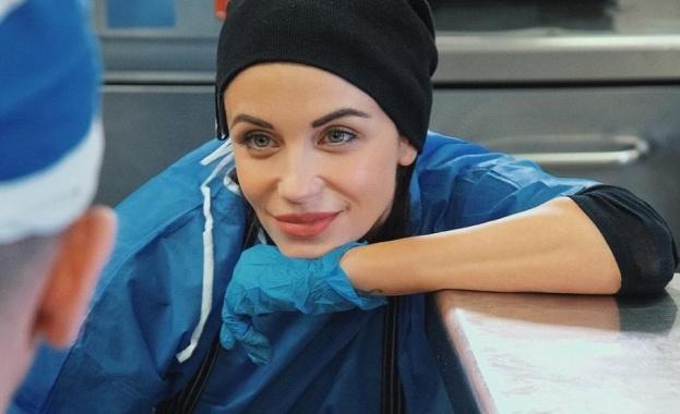 Моделът и актриса Диляна Попова протяга ръка на хората в