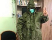 Предпазни облекла от миналия век втрещиха медицински работници
