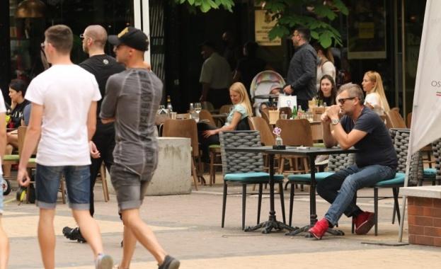 Доц. Чобанов, БАН: По-безопасни са пейките в парковете, отколкото сервиране на кафе с ръкавици