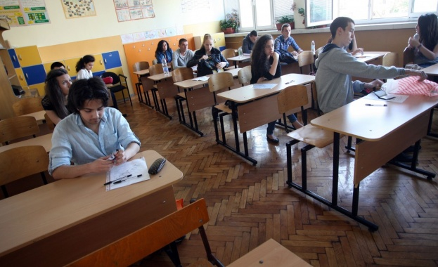 Увеличават от 250 на 300 лв. помощта за учениците от 1-ви и 8-ми клас - Cross.bg