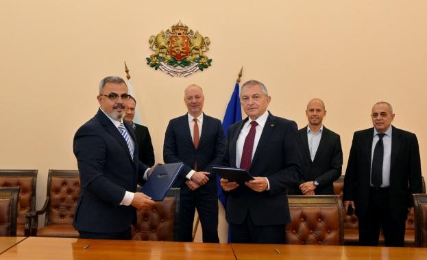 Министър Росен Желязков присъства на подписването на договор за доставка на нови локомотиви