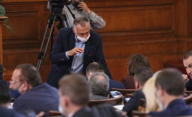 С остър спор между управляващи и опозицията стартираха дебатите в