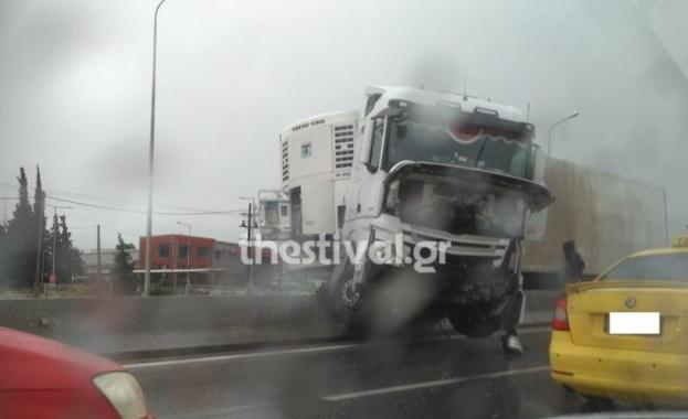 Силна буря наводни Солун, катастрофирали камиони блокираха магистрали (Обновена)