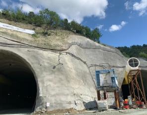 Министър Петя Аврамова инспектира изграждането на най-дългия пътен тунел в България