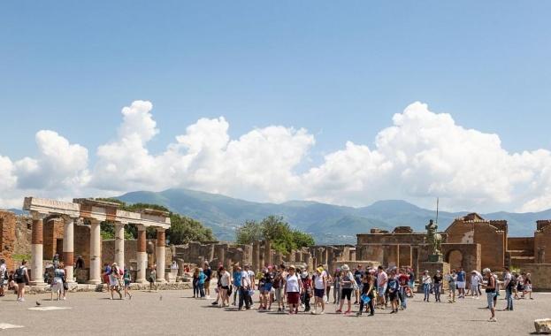 Прочутият археологически парк Помпей в Италия отново приема посетители след