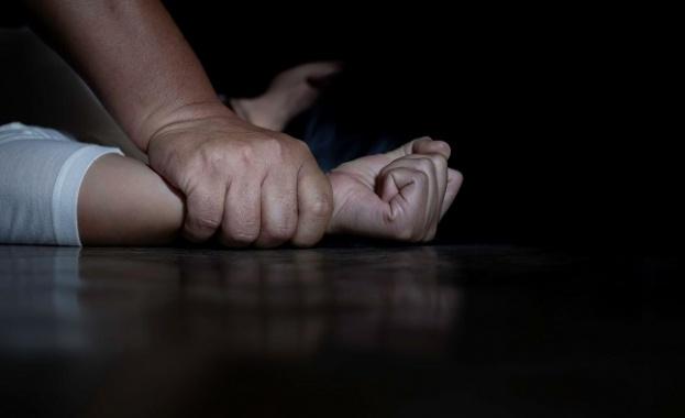 16-годишно момиче е било жестоко пребито, душено, влачено, а накрая