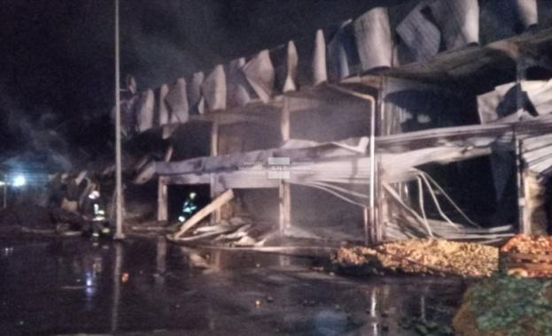 Голям пожар изпепели склад и камион в частната зеленчукова борса