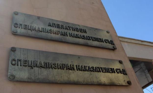 Трети час адвокатите на шестимата задържани за аферата с опасен