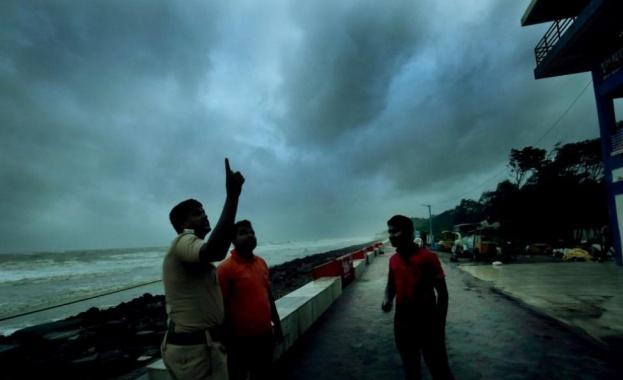 Силни ветрове и дъждове удариха силно засегнатия от коронавируса Бомбай,